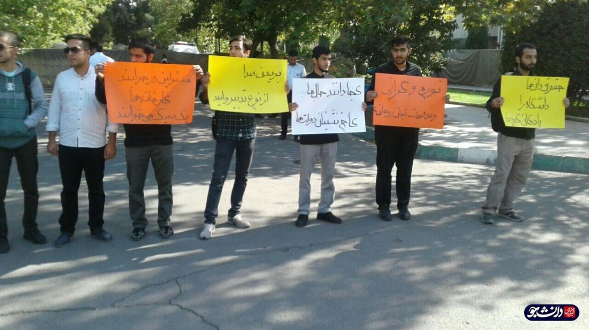 جمعی از دانشجویان دانشگاه تهران در اعتراض به تریبون یک طرفه رئیس جمهور تجمع کردند ، حقوقدان ها دانشگاه را پادگان کردند